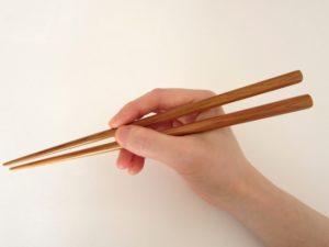 箸を持つ手